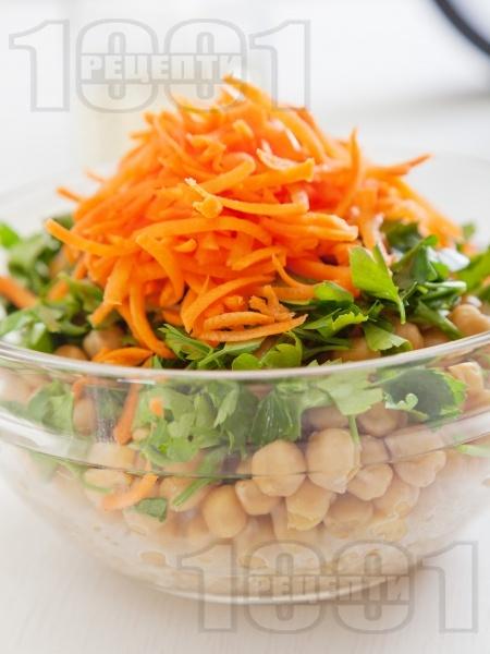 Здравословна салата с варен булгур, настъргани моркови и нахут от консерва - снимка на рецептата